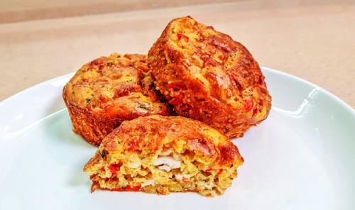 Маффины с куриной грудкой, овощами и сыром
