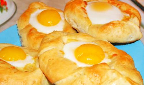 Хачапури по-аджарски с яйцом и сыром