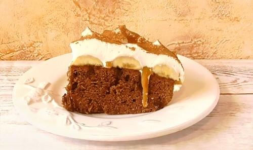 Шоколадный торт с бананами и карамелью