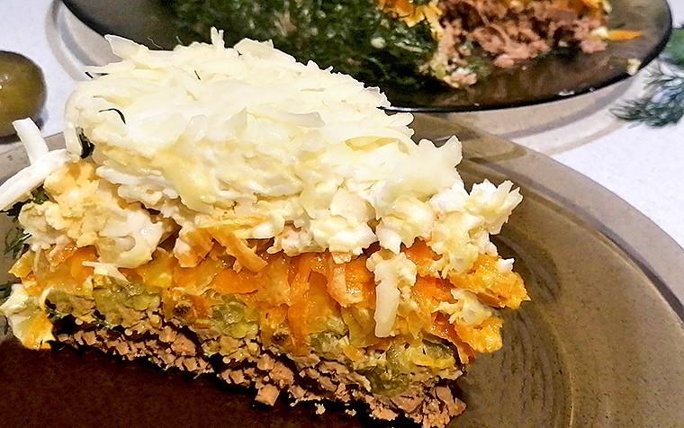 Слоеный салат с куриной печенью, морковью и маринованным огурцом