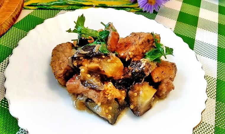 Мясо с баклажанами на сковороде