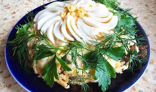 Слоеный салат с ветчиной и грибами «Ромашка»