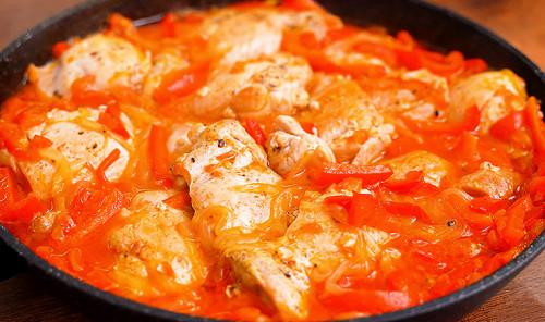 Куриные бедра с томатами и перцем на сковороде