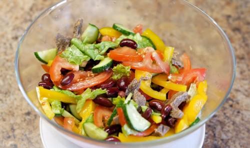 Салат с овощами, красной фасолью и говядиной