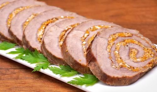 Мясной рулет с начинкой из тыквы и орехов