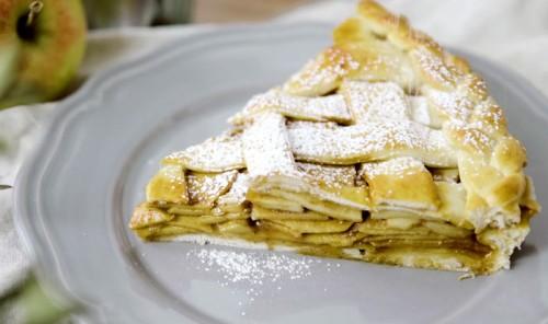 Пирог с яблоками и соленой карамелью