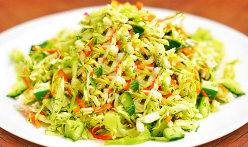 Салат из молодой капусты с огурцом и морковью