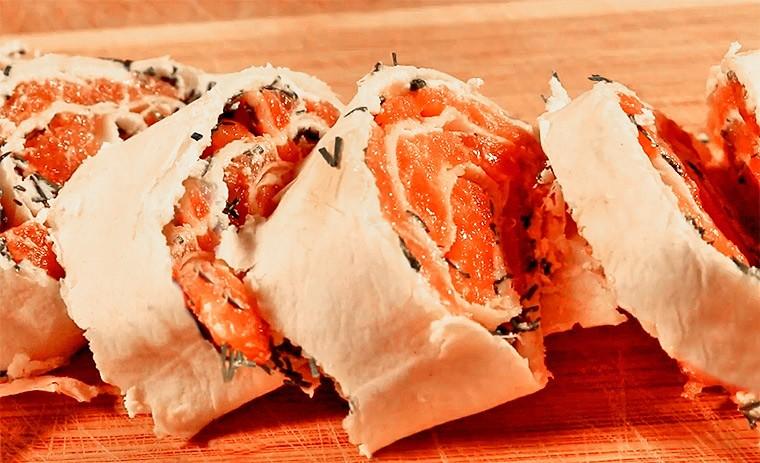 Рулет из лаваша с семгой и творожным сыром