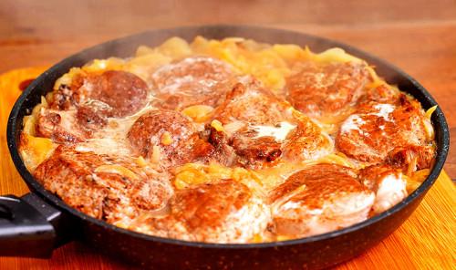 Свиная вырезка в яблочном соусе на сковороде