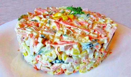 Салат с курицей, ветчиной и овощами