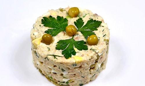 Салат с консервированной горбушей и зеленым горошком