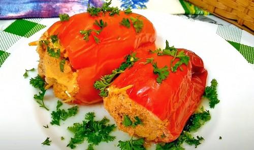 Перец, фаршированный куриной грудкой и овощами