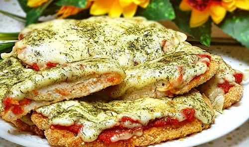 Куриное филе под сыром и томатами в духовке