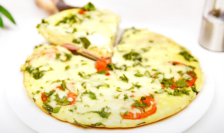 Ленивая пицца с сосисками и помидорами на сковороде