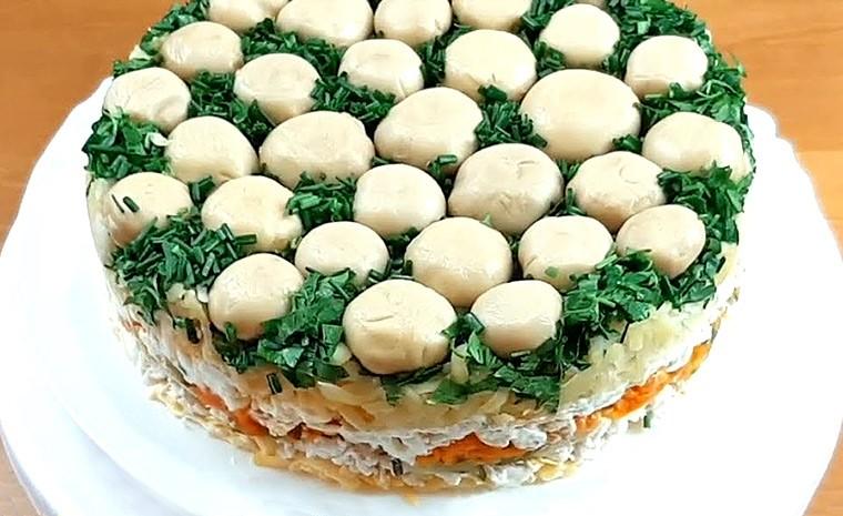 Слоеный салат с шампиньонами и отварной курицей «Грибная поляна»