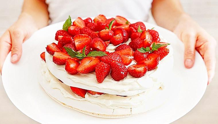 Торт с клубникой и взбитыми сливками «Анна Павлова»