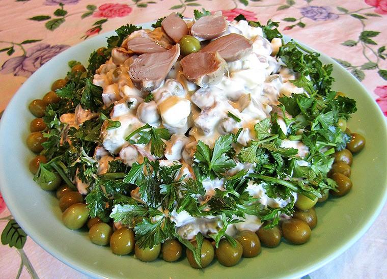 Салат с куриными желудками, яйцами и грибами
