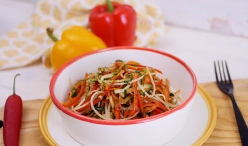 Азиатский салат с лапшой и овощами