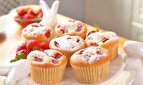 Бисквитные кексы с клубникой
