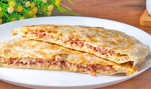 Лаваш с яйцами, колбасой и сыром на сковороде