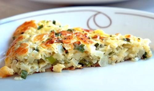 Луковый пирог с сыром на сковороде