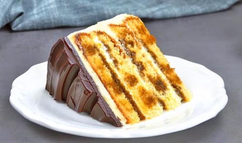 Бисквитный торт в хрустящей шоколадной глазури