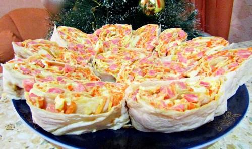 Рулет из лаваша с копченой колбасой и морковью по-корейски