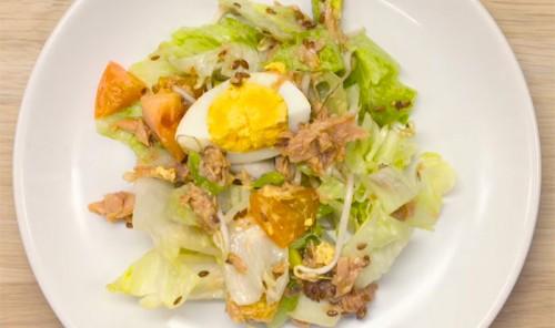 Салат с тунцом, авокадо и кунжутом