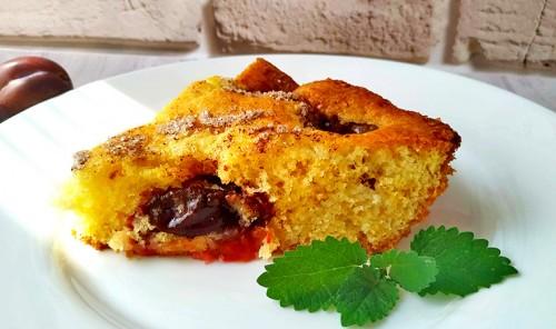 Быстрый сливовый пирог с корицей