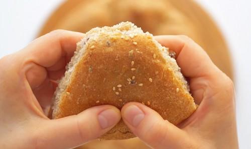 Хлеб из цельнозерновой муки с семенами льна и кунжутом