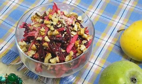 Витаминный салат с яблоком и грецкими орехами