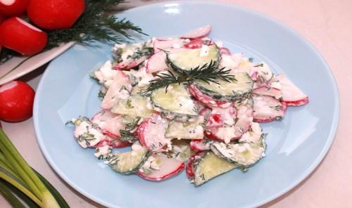 Салат с редиской, огурцом и творогом