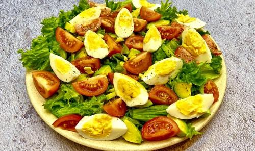 Салат с яйцами, авокадо и помидорами