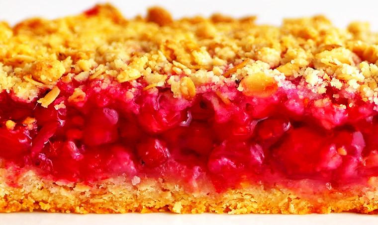Насыпной пирог с красной смородиной