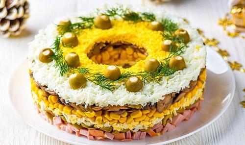 Праздничный салат с ветчиной, грибами и оливками
