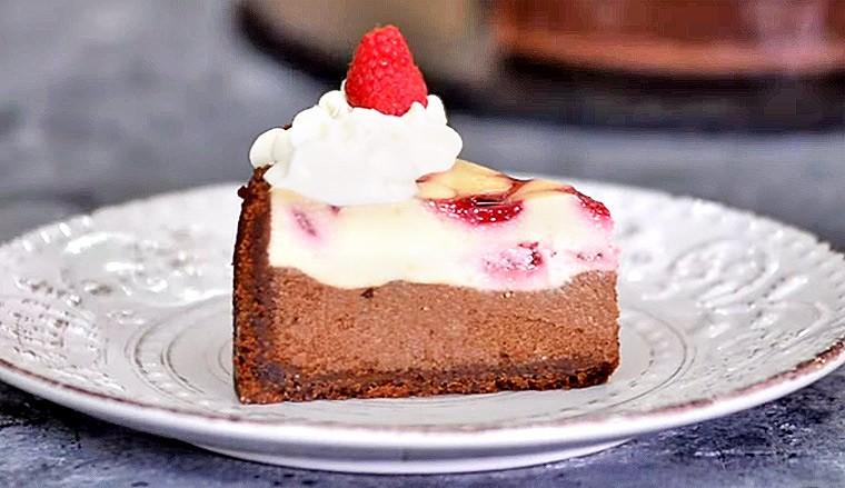 Шоколадный чизкейк с малиновой начинкой