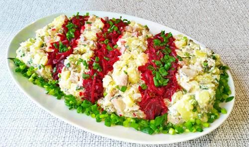 Салат с сельдью, свеклой и картофелем «Полосатый»