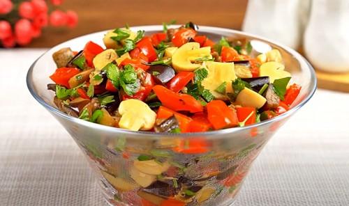 Салат с баклажанами, сладким перцем и грибами