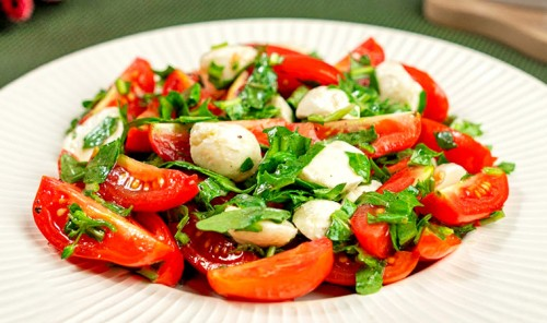 Салат с помидорами черри, моцареллой и рукколой