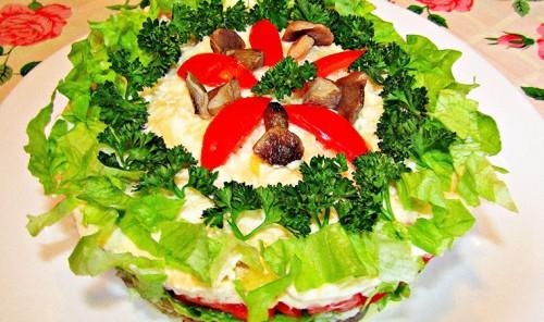 Слоеный салат с картофелем, грибами и помидорами