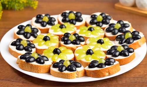 Бутерброды с сливочным сыром и виноградом