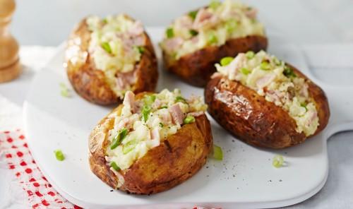 Картофель, запеченный на углях с беконом и сыром