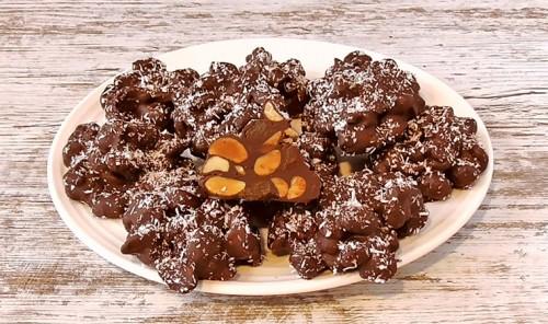 Шоколадный десерт с изюмом и орехами