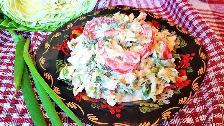 Салат из молодой капусты с помидорами и сыром