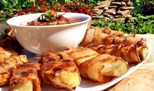 Картошка с салом на углях с острым соусом