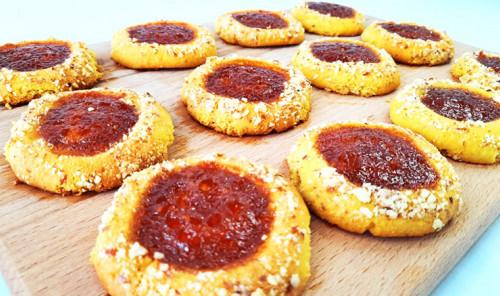 Миндальное печенье на вареных желтках с абрикосовым вареньем
