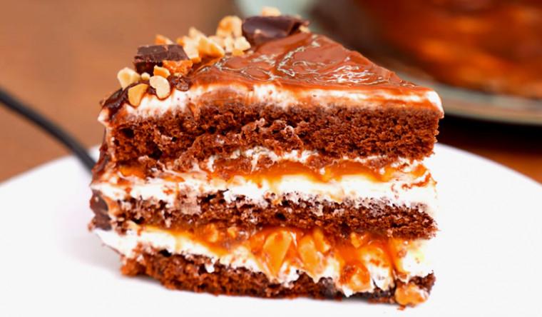 Шоколадный торт с арахисом и карамелью «Сникерс»