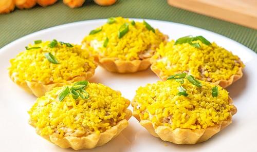 Тарталетки с печенью трески, сыром и яйцом