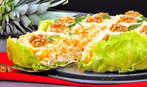 Праздничный салат с курицей и ананасом