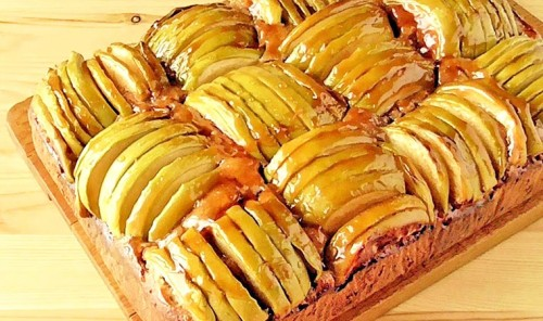 Яблочный пирог с мёдом, изюмом и орехами
